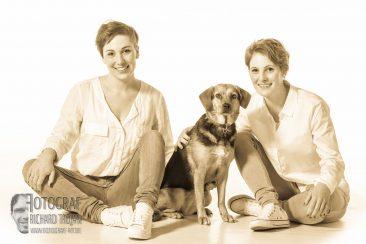 studiofotografie, weisser-hintergrund, frauen-mit-hund-foto