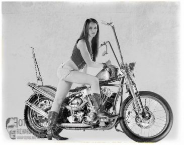Motorradfoto, Model-mit-motorrad, studiofotografie