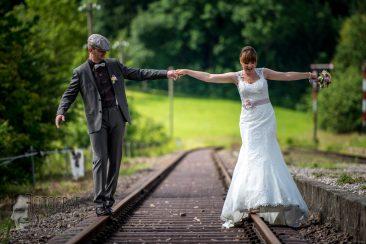 brautpaar, hochzeitsfoto, hochzeit eisenbahnschienen