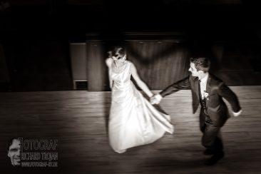 Brautpaar in Bewegung, hochzeit schwarz weiss, hochzeitsfoto schwarz weiss, brautpaar spass, fotograf richard trojan