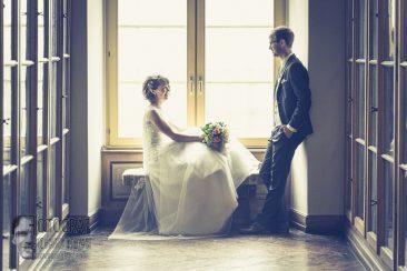 hochzeitspaar, hochzeitsfoto, hochzeit am fenster, wedding photo, fotograf richard trojan