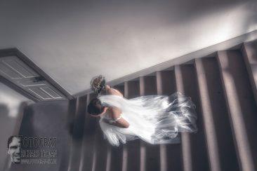 braut auf treppe, hochzeit, hochzeitsfotografie