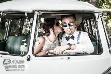 Hochzeit, Hochzeit im VW Bully, Hochzeitsfeier, Braut kuesst Braeutigam, Hochzeit gluecklich