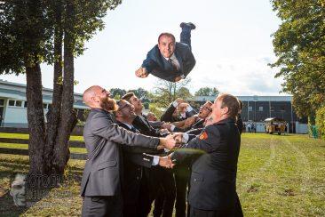 hochzeitsfeier, braeutigam fliegt, braeutigam feiern, braeutigam superman, fotograf richard trojan