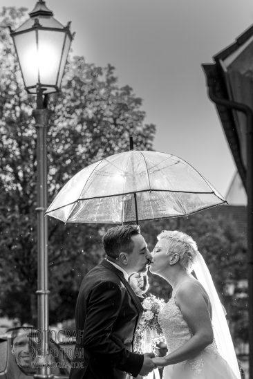 hochzeitsfoto, hochzeit regenschirm,hochzeit im regen, hochzei hochzeit wind und regen, rainy wedding, fotograf richard trojan