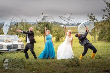 hochzeitsfoto, hochzeit im regen, hochzeit gummistiefel, hochzeit wind und regen, rainy wedding, fotograf richard trojan